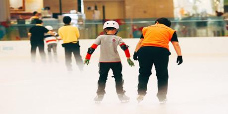 【无需预约•五一假日通用•冰纷万象滑冰场】坐标钱江新城万象城,仅49.9享【冰纷万象滑冰场】门市价100元单人滑冰票,4200㎡的奥林匹克标准真冰场,旋转跳跃不停歇!假期带上你的他,体验冰上的速度与激情。