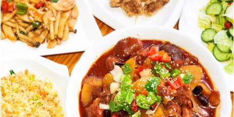 【扬州|戈壁烟火|地道新疆菜】不去西域就可品尝到特色风味美食来戈壁烟火88元享市场价226元的大盘鸡+馕炒烤肉+羊肉串等菜品套餐